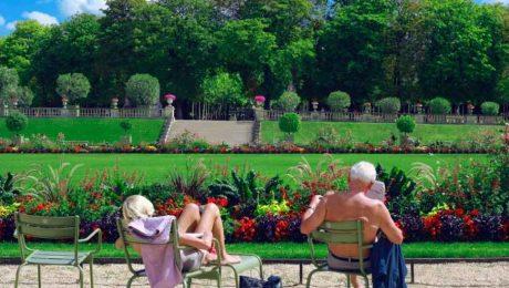 Zwei Rentner entspannen sich im Park. Die betriebliche Altersvorsorge erleichtert Ihr Leben.