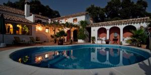 Haus mit Swimming pool. Optimale Gestaltung der betrieblichen Altersvorsorge von Führungskräften